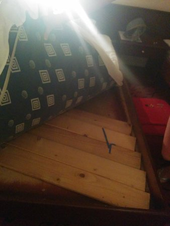 Delfini Hotel: Tablas colocadas aleatoriamente bajo el colchón
