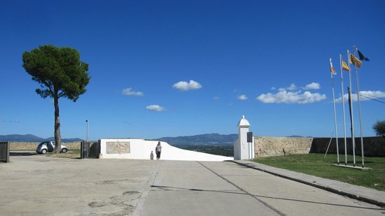 Castillo de San Fernando: Zona de acceso al recinto