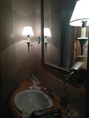 Rome Marriott Grand Hotel Flora: Baño de la hab. Probablemente para discapasitados porque el baño estaba totalmente orientado a e