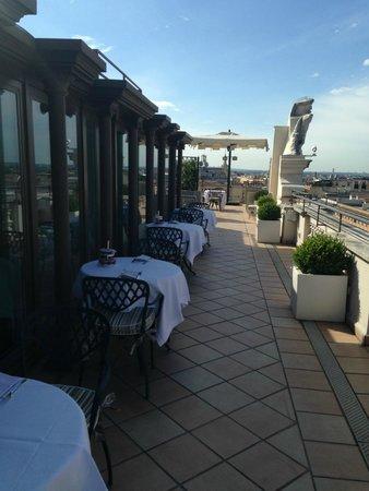 Rome Marriott Grand Hotel Flora: Terraza para desayuno en Verano