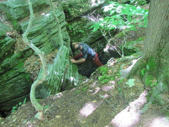 Panama Rocks Scenic Park: Grampa (55 yrs old) climbing down to the ice cave.
