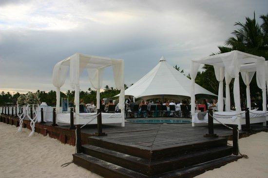 Viva Wyndham Dominicus Palace: Cabana beds and dinner set up for wedding