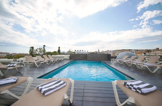 Best Western Plus Cannes Riviera & Spa: Scattered clouds over the rooftop pool