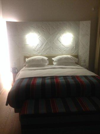 Mendeli Street Hotel: Deluxe Room Bed