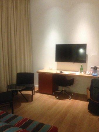 Mendeli Street Hotel: Desk Area