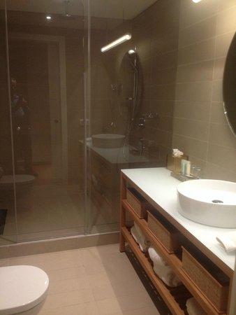 Mendeli Street Hotel : Deluxe Room Bathroom