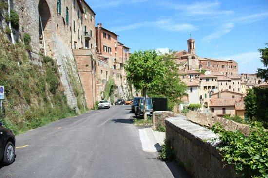 La Terrazza di Montepulciano: Calle sobre la que está ubicada el hotel.