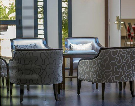 BEST WESTERN PLUS CANNES RIVIERA & Spa : Seats garden wing