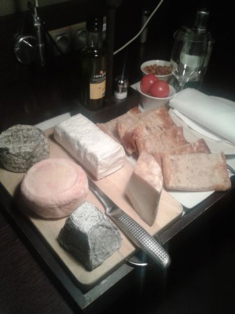 Mas Albereda: Lovely room service with a selection of cheese