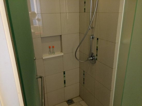The Jimbaran View: Shower.