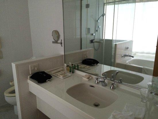 Hilton Fukuoka Sea Hawk: Clean bathroom with separate shower and tub