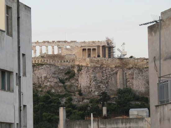 Attalos Hotel: Peek-a-boo view of the Akropolis from patio