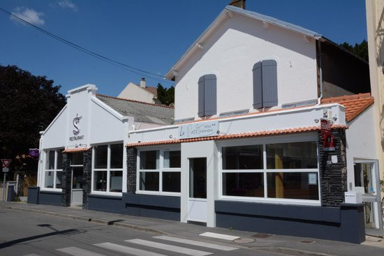 Hotel Restaurant Le Petit Trianon : facade le petit trianon