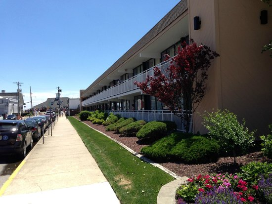 Harris House Motel: 12th street leading to boardwalk
