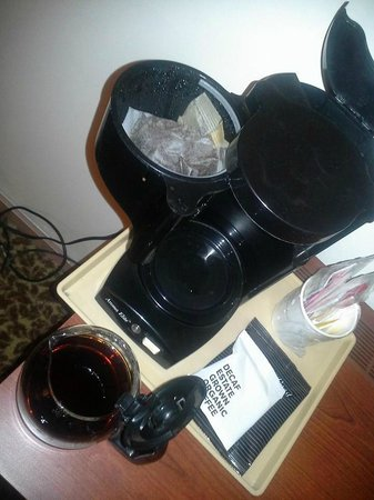 Howard Johnson Addison O'Hare Airport : used and dirty coffee maker from previous guest