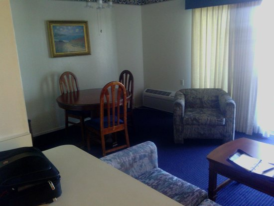 Coral Reef Inn & Suites: Dinning Area