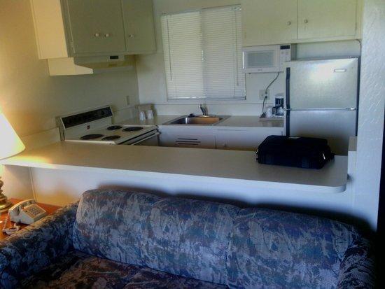 Coral Reef Inn & Suites : Kitchen