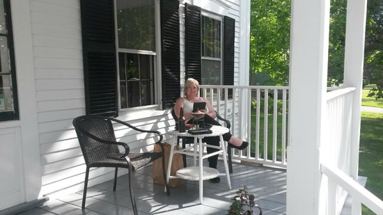 Old Parsonage Guest House: Relaxing on the porch