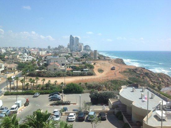 Blue Bay Hotel & Spa: Вид из окна на город и море