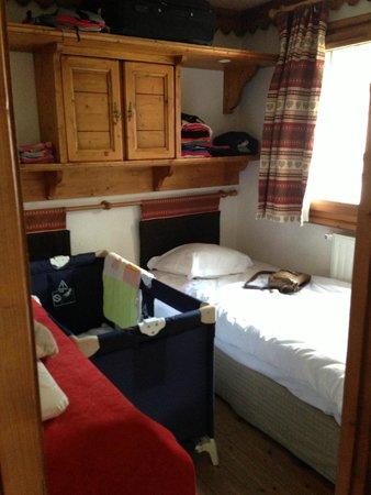 Pierre & Vacances Premium Residenz La Ginabelle: la 2e chambre, 2e lit simple poussé pour faire la place au lit parapluie
