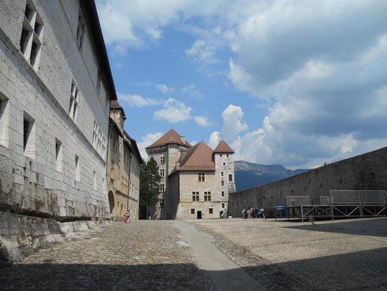 Musée-Château d'Annecy : cour du château