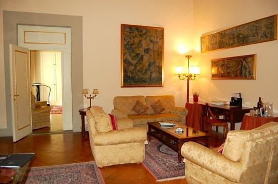 Palazzo Magnani Feroni: suite sitting room