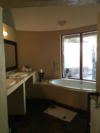Serondella Game Lodge : Spacious bathroom with a view