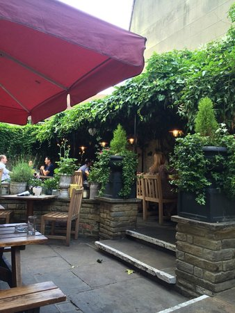 The Windsor Castle: Cosy back garden area