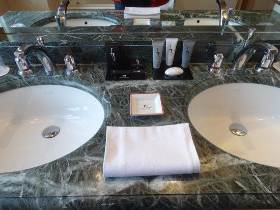 Hôtel Barrière Le Royal La Baule : salle de bain