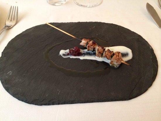Ristorante Beccaceci: Arrosticino di tonno su spuma di pecorino e cipolla rossa di Tropea