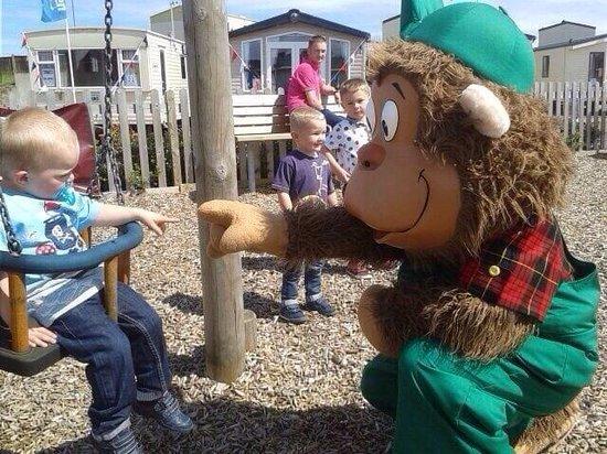 Seashore Holiday Park - Haven: Meeting cheeky monkey at playpark