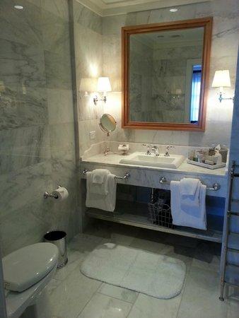 Garden Court Hotel: 標準房的浴室只有淋浴間沒有浴缸