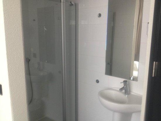 Maxhotel: Ensuite bathroom.