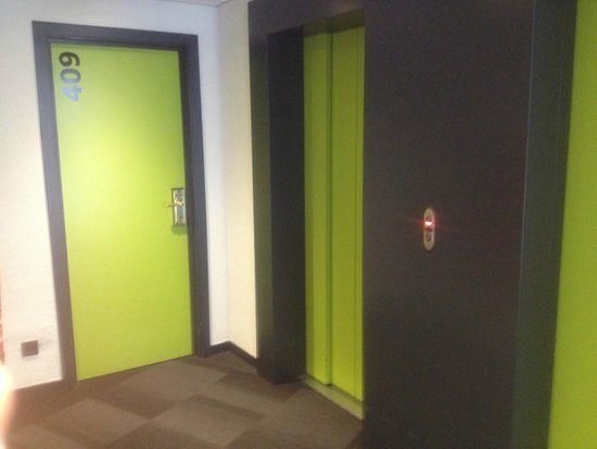 Maxhotel: Elevator on 4th floor.