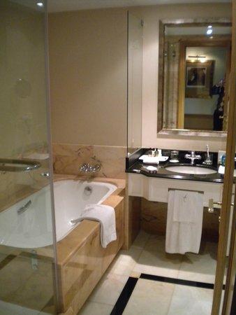 Hotel Cascais Miragem: Bath has separate shower and deep tub