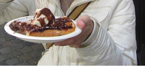 Maison Dandoy - Tea Room: Waffle con gelato alla vanigli e cioccolato fuso di sopra!!!