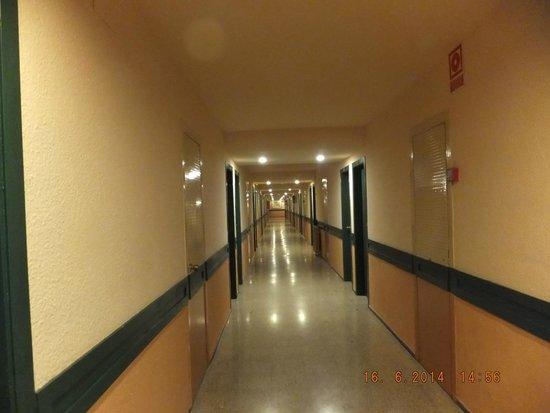 H·TOP Gran Casino Royal: Corridor, Like a Hostel.