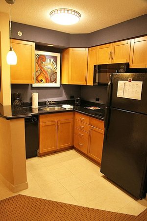 Residence Inn by Marriott Toronto Downtown / Entertainment District: Kitchen