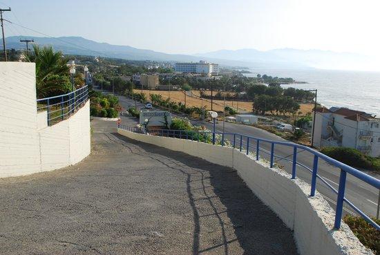 Scaleta Beach Hotel: Дорога к пляжу