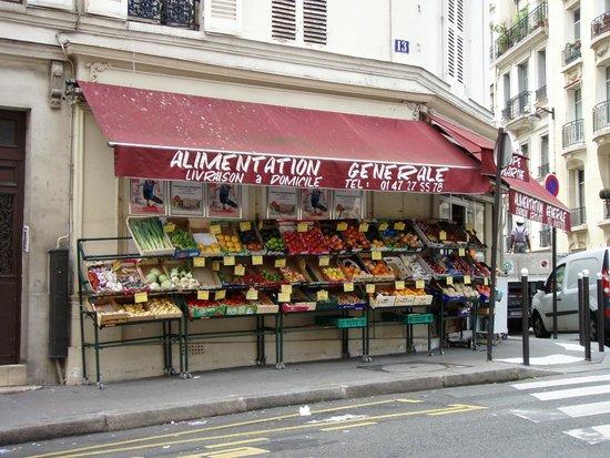 Hotel Victor Hugo Paris Kleber : Depanneur on street corner next to hotel