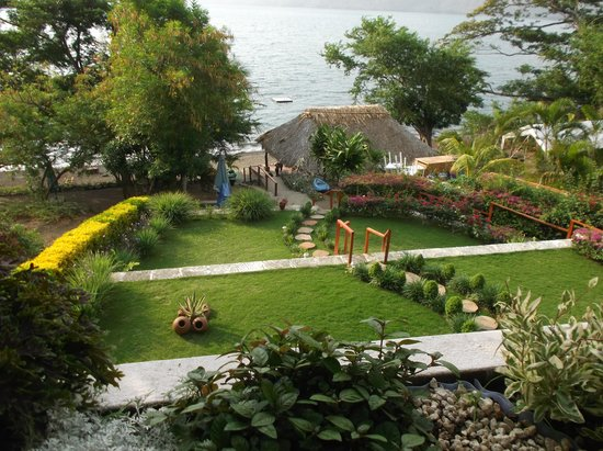 Paradiso Hostel: The grounds leading down to the lake