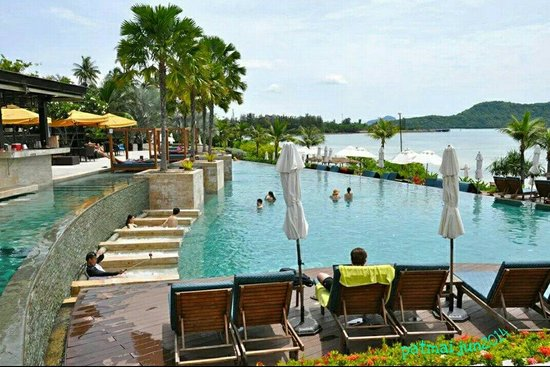 Radisson Blu Plaza Resort Phuket Panwa Beach: enjoying the pool ��