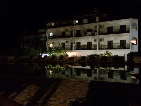 Hotel Bruskos: Lovely nighttime