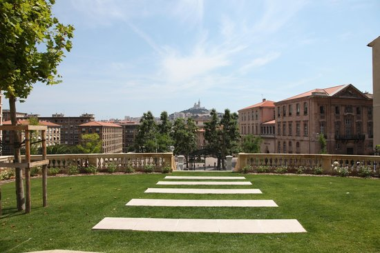 InterContinental Marseille - Hotel Dieu : The front lawn.