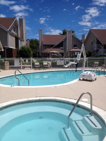 Hawthorn Suites By Wyndham Fishkill/Poughkeepsie Area: Sunshine on the Pool