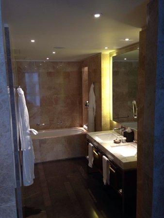 Hilton Kyiv: Huge stylish modern bath with shower room and dressing area