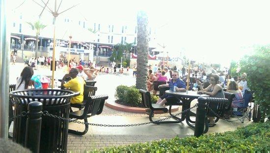 Kemah Boardwalk : Courtyard