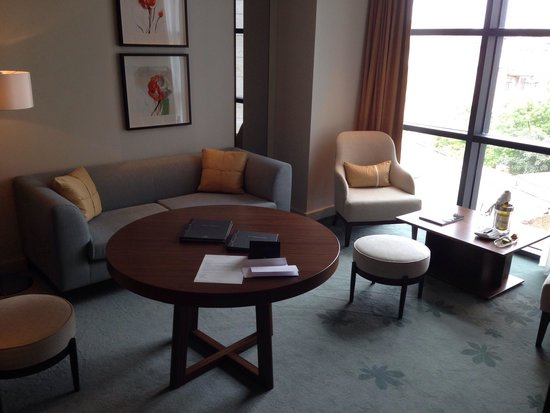 Hilton Kyiv : Suite included a comfy seating area, bar and work table.