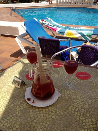 Can Sanso: Sangria in the sun by the pool