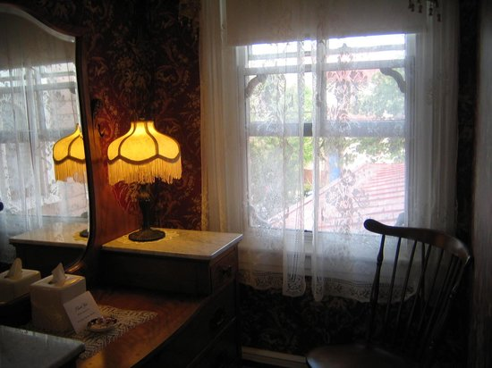The Mason Cottage Bed & Breakfast Inn: Alcove Area with Writing Desk